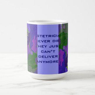 Humor de los obstétricos taza clásica