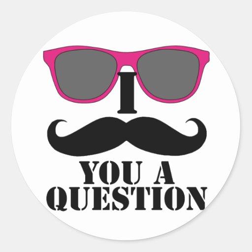Humor del bigote con las gafas de sol rosadas etiquetas redondas