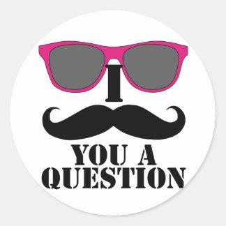 Humor del bigote con las gafas de sol rosadas pegatina redonda