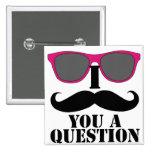 Humor del bigote con las gafas de sol rosadas pin