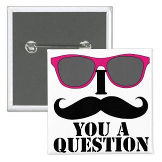 Humor del bigote con las gafas de sol rosadas pin cuadrado