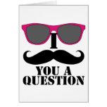 Humor del bigote con las gafas de sol rosadas felicitación
