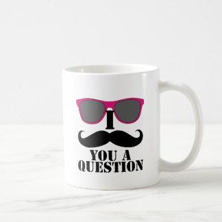 Humor del bigote con las gafas de sol rosadas tazas