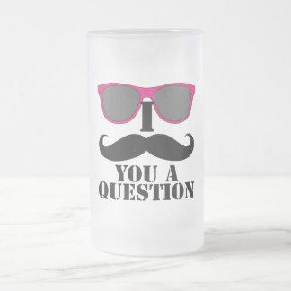 Humor del bigote con las gafas de sol rosadas taza de cristal