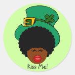Humor del día de St Patrick: Béseme. ¡Soy irlandés Pegatina Redonda