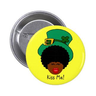 Humor del día de St Patrick: Béseme. ¡Soy irlandés Pin Redondo De 2 Pulgadas