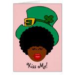 Humor del día de St Patrick: Béseme. ¡Soy irlandés Felicitacion