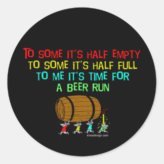 Humor del funcionamiento de la cerveza pegatina redonda