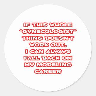 Humor del ginecólogo… que modela carrera pegatina redonda