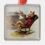 Humor del vintage, cerdo en la mecedora que lee un adorno navideño cuadrado de metal