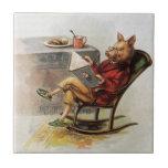 Humor del vintage, cerdo que lee un libro en tejas  cerámicas
