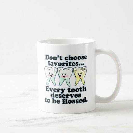 Humor dental del cepillo y de la seda tazas de café