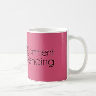 Humor divertido pendiente del tablero de mensajes taza de café