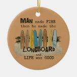 Humor que practica surf del hombre temprano con adorno redondo de cerámica