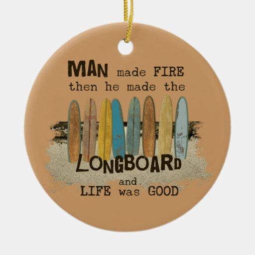 Humor que practica surf del hombre temprano con Lo Ornamentos De Navidad