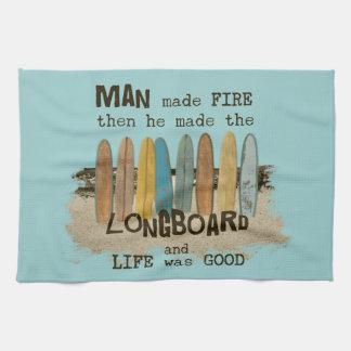 Humor que practica surf del hombre temprano con Lo Toalla De Mano