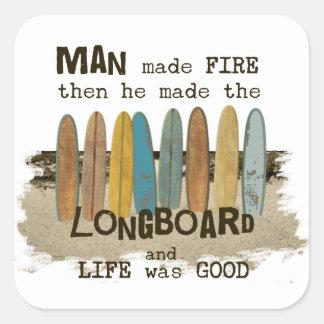 Humor que practica surf del hombre temprano con pegatina cuadrada
