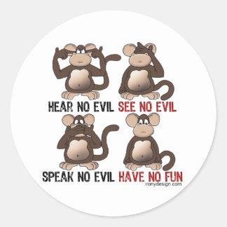 Humor sabio de los monos pegatina redonda