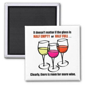Humor semivacío de cristal del vino imán cuadrado