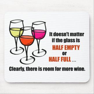 Humor semivacío de cristal del vino mousepads