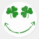 Humor sonriente de la cara del trébol del día de pegatinas redondas