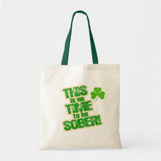 Humor verde divertido de la cerveza bolsas