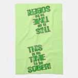 Humor verde divertido de la cerveza toalla