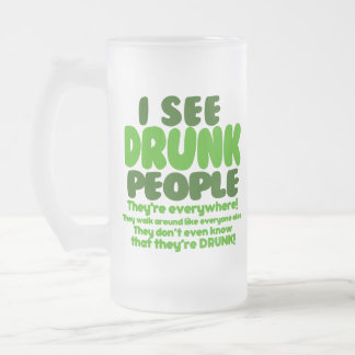 Humor verde divertido del día de la cerveza taza de cristal