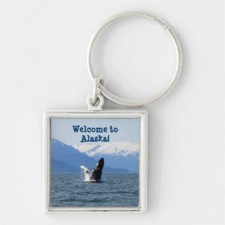 Humpback en la superficie; Recuerdo de Alaska Llavero Cuadrado Plateado