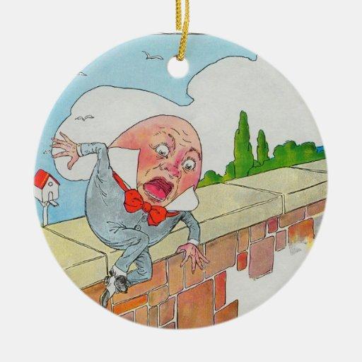 Humpty Dumpty sentado en una pared Adorno Redondo De Cerámica