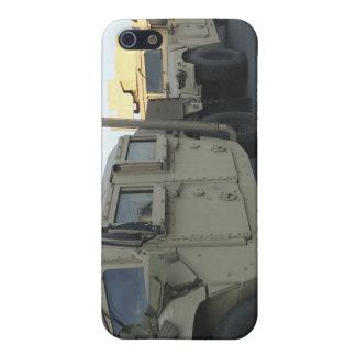 Humvees se sienta en el embarcadero en la ciudad iPhone 5 funda