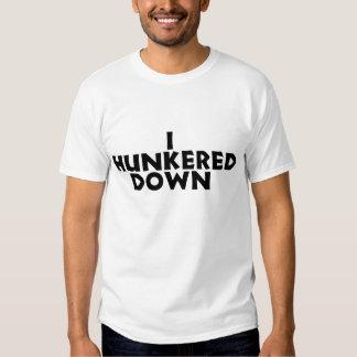 Hunkered abajo la camisa