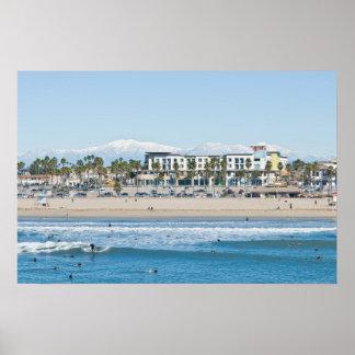 Huntington Beach y montañas capsuladas nieve Posters
