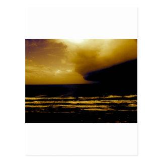 huracán de la tormenta que se acerca a la playa os tarjeta postal