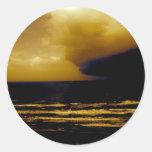 huracán de la tormenta que se acerca a la playa pegatina redonda