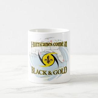 Huracanes en negro y oro taza básica blanca