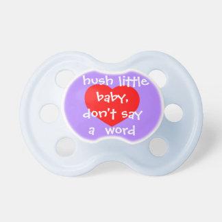 Hush al pequeño bebé, no diga una palabra, corazón chupetes de bebé