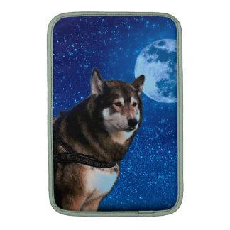 Husky siberiano y la luna azul funda  MacBook