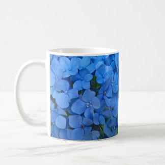 Hydrangea azul brillante taza básica blanca