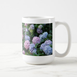 Hydrangea azul y púrpura taza básica blanca