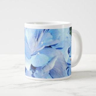 Hydrangea de los azules claros taza grande