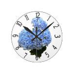 Hydrangea del azul de la forma del corazón reloj redondo mediano