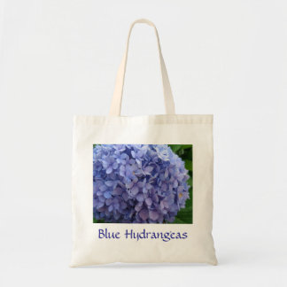 Hydrangeas azules con la bolsa de asas azul de la
