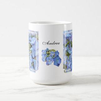 Hydrangeas azules de Lacecap Taza Básica Blanca