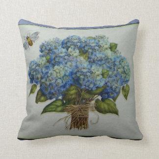 hydrangeas azules hermosos con una abeja cojín