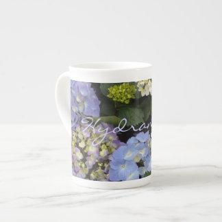 Hydrangeas blancos azules bonitos taza de porcelana