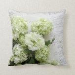 hydrangeas blancos con la almohada de la escritura
