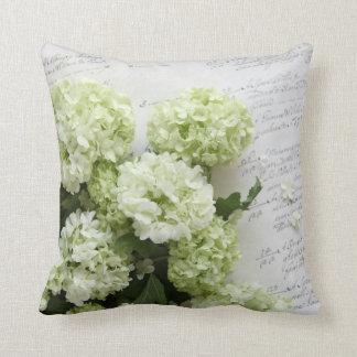hydrangeas blancos con la almohada de la escritura cojín decorativo