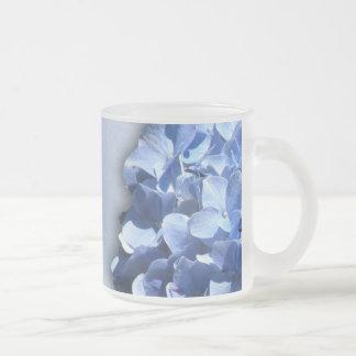 Hydrangeas ligeros y azul marino taza cristal mate