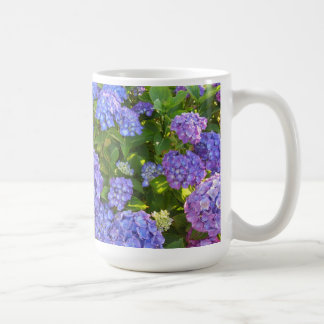 Hydrangeas púrpuras y azules taza